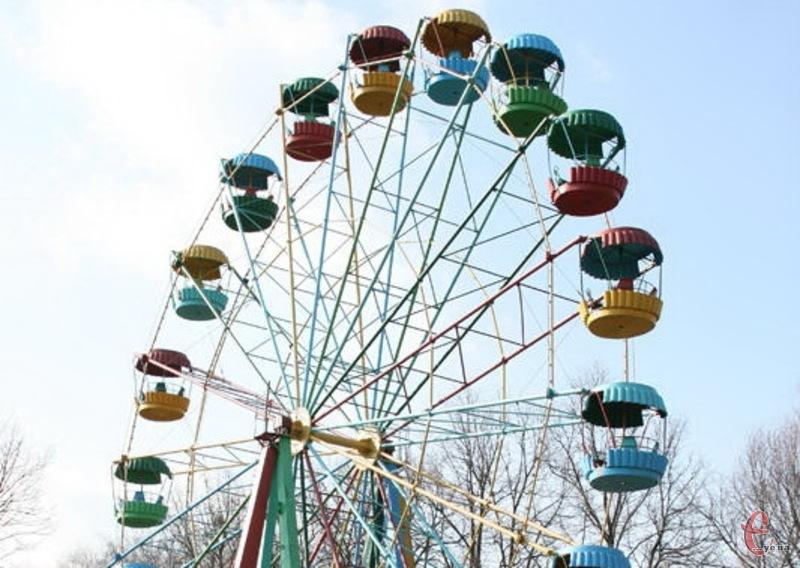 Оглядове колесо в парку імені Чекмана раптово закрутилося. І це при тому, що атракціон не працює вже роками