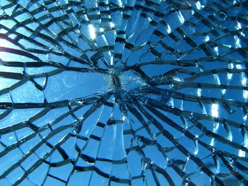 Чоловік потрапив до приміщення, розбивши каменем скло вхідних дверей