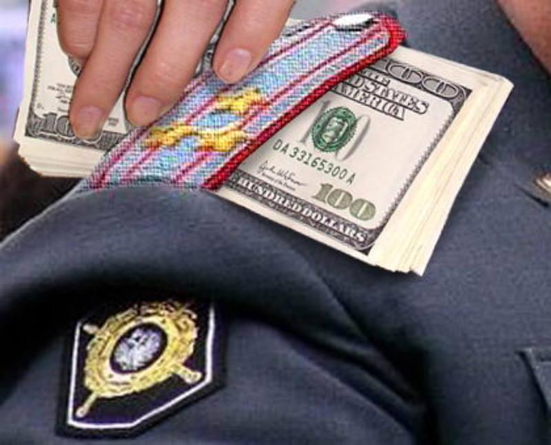 Міліціонер вимагав 500 доларів