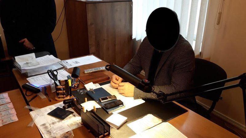У Хмельницькому затримали посадовця, який вимагав  хабар за швидке виготовлення біометричних паспортів