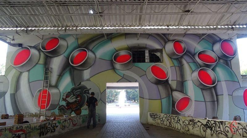 Михайло Коробков завершує розмальовувати одну із стін