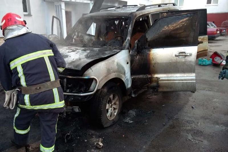 Вогонь охопив моторний відсік автомобіля «Mitsubishi Pajero»