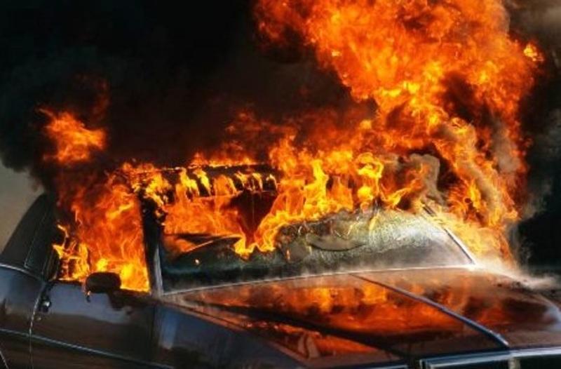 Вогнем пошкоджено відсік двигуна, кузов автомобіля