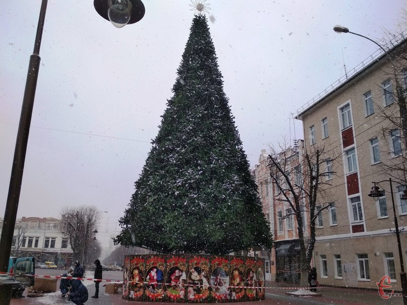 П'ятого грудня у Хмельницькому встановили новорічну ялинку