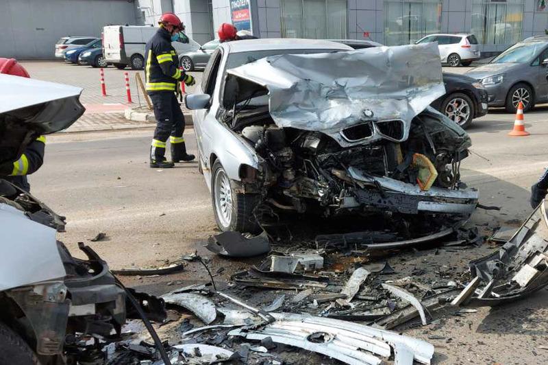 У Хмельницькому рятувальники ліквідували наслідки ДТП, в якій травмувалися двоє водіїв