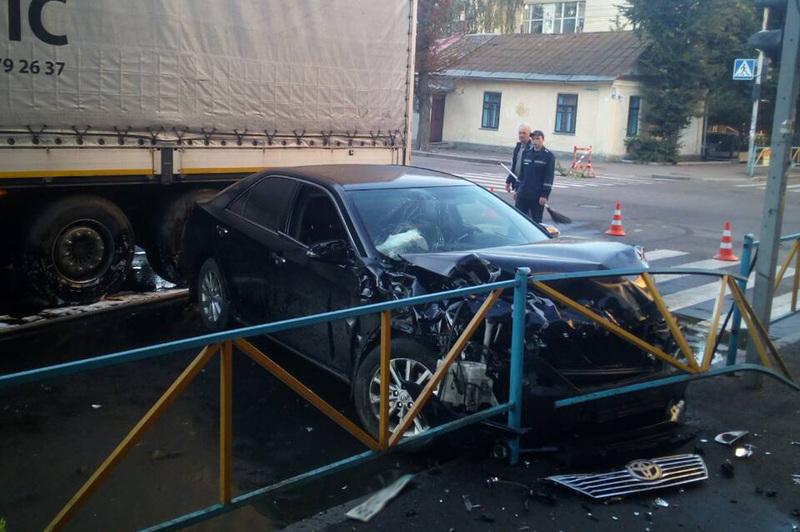Вантажівка затисла іномарку до паркану