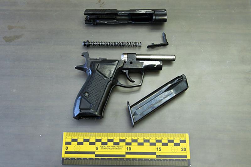 На місці скоєння розбою зловмисник залишив і знаряддя злому, і пістолет, і безліч слідів