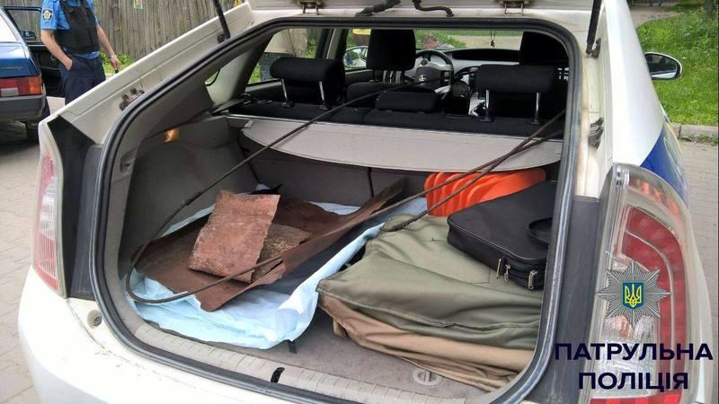 Чоловіки завантажували крадене в автівку