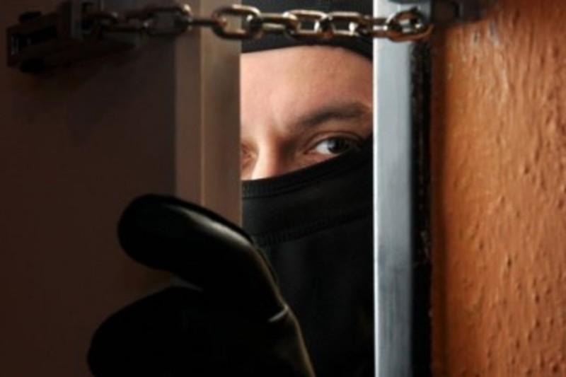 Злодії проникли в помешкання і винесли цінні речі