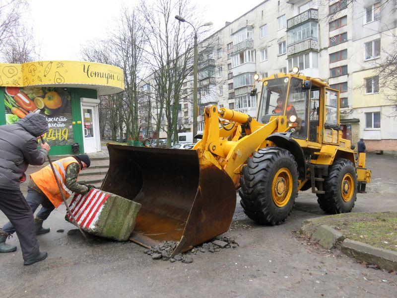 16 березня комунальники демонтували бетонні блоки, розташовані поблизу будинку №22/1 на вулиці Степани Бандери