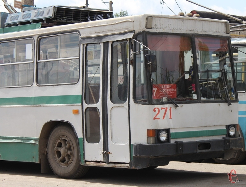 Порожні тролейбуси стоять на вулицях Хмельницького, в очікуванні на те, коли відновиться подача електроенергії