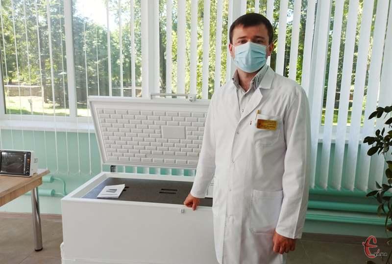 «Це морозильна камера може витримувати температуру до -80 градусів. Це досить суттєво при зберіганні препаратів крові», - каже Валерій Гарбузюк