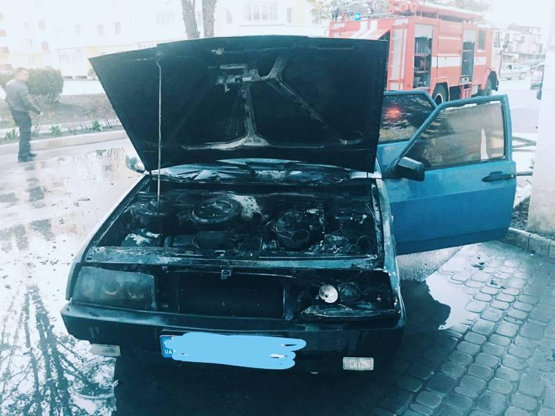 Вогонь пошкодив автомобіль. Щоправда, сума збитків поки не порахована