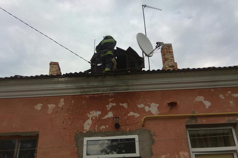 У Кам'янець-Подільському вогнеборці ліквідували пожежу на даху житлового будинку