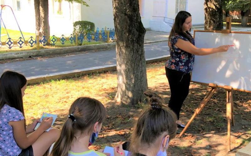 Поки погода сприяє, в Кам\'янці-Подільському в деяких школах уроки проводять просто неба