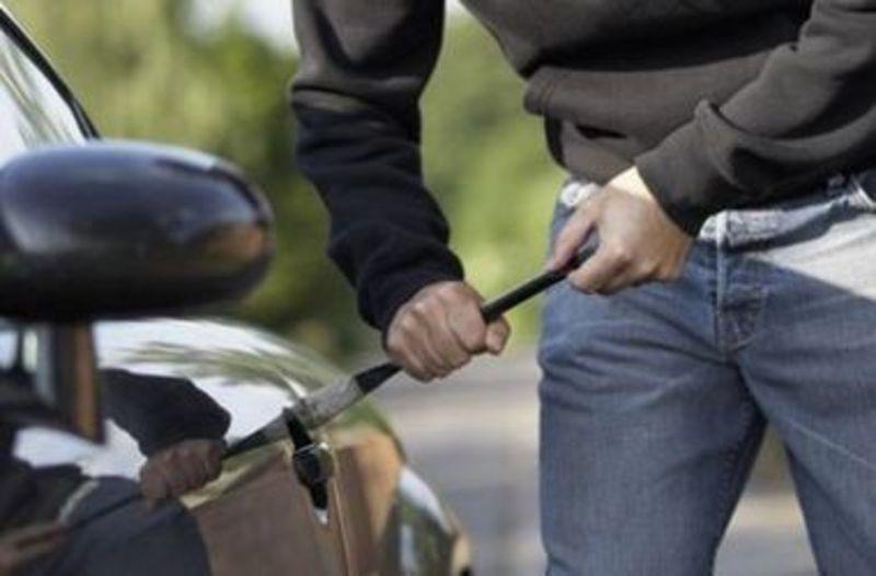 Юнаки зламували замки дверцят автомобілів, викрадаючи звідти все, що можна продати