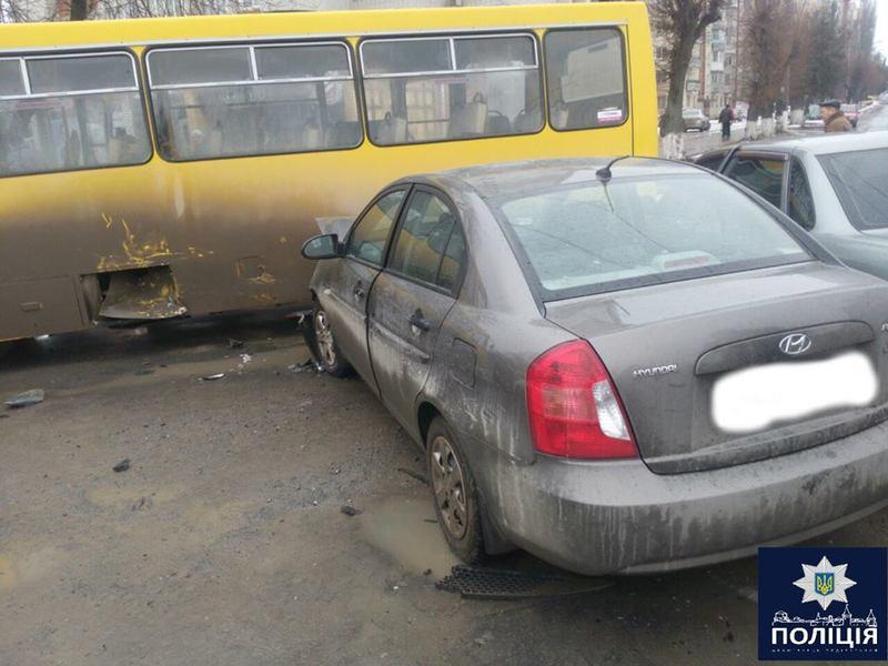 Автомобіль врізався в маршрутку