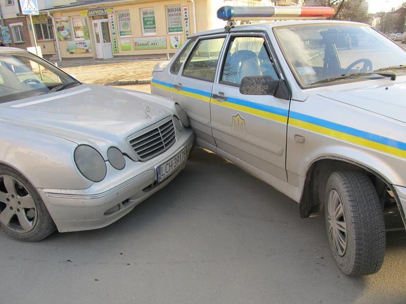 Захмелілий водій врізався в машину поліцейських