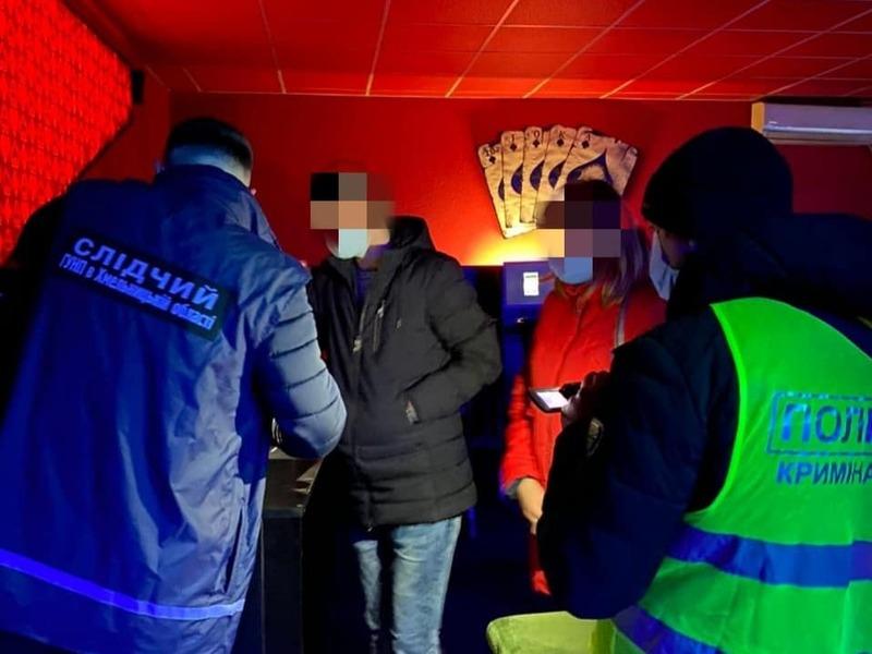 Працівники поліції спільно з працівниками СБУ припинили діяльність грального закладу в Кам'янці-Подільському