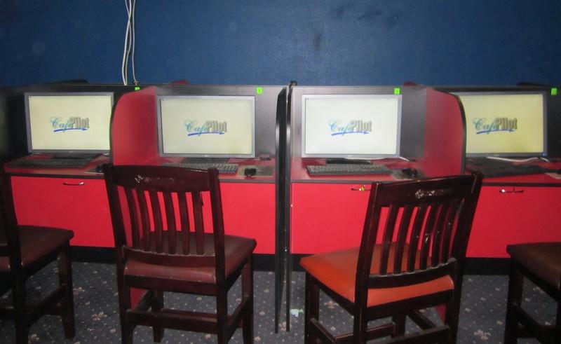 Правоохоронці вилучули 21 системний блок комп'ютера, термінал I-BOX, покерний стіл, інші предмети, які використовувались у підпільному гральному закладі