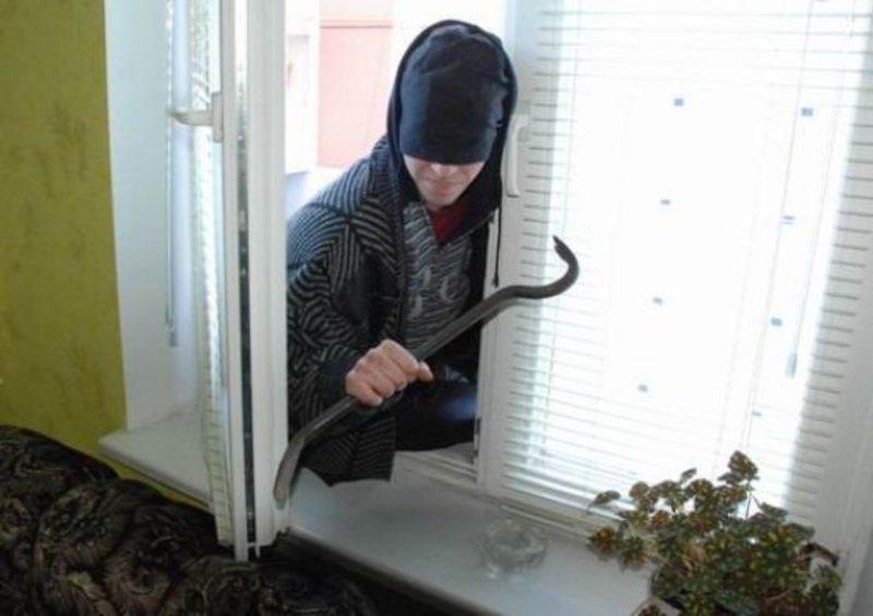 Злодій проник у будинок через вікно