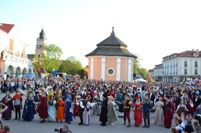 200 учасників взяли участь в костюмованому перфомансі Історичний реверанс і встановили рекорд України