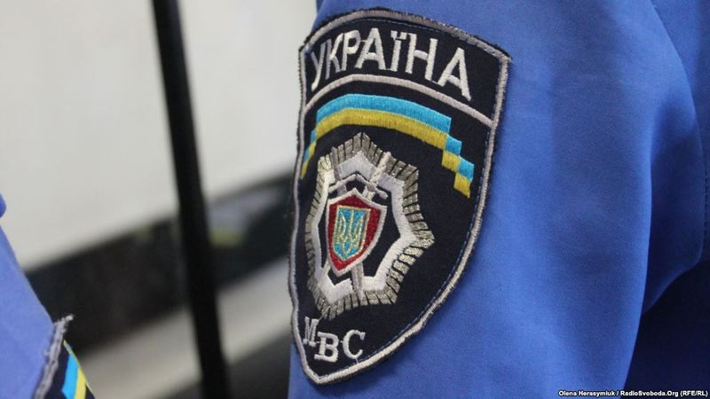 Міліціонера звільнили з роботи і оштрафували за передачу мобільного телефону заарештованому