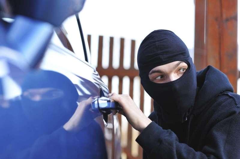 Юний1 правопорушник намагався втекти від правоохоронців через вікно викраденого автомобіля