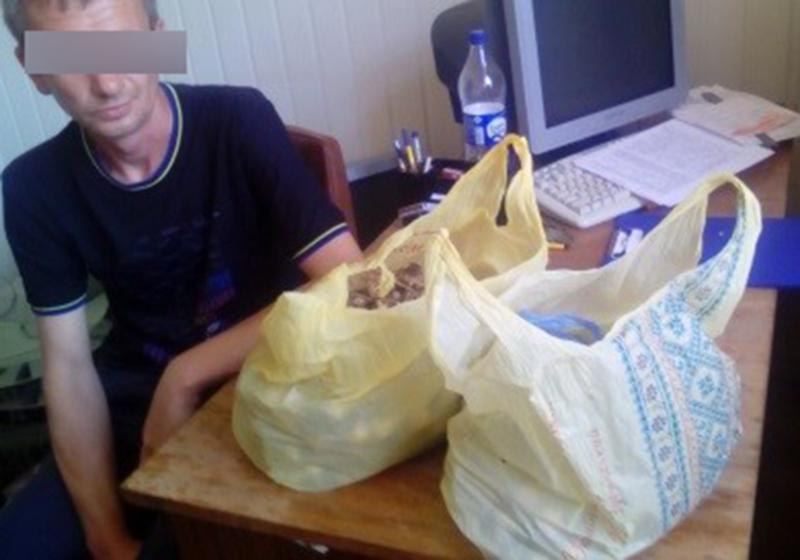 Підозрілого чоловіка з пакетами правоохоронці зупинили на одній із вулиць Кам'янця-Подільського