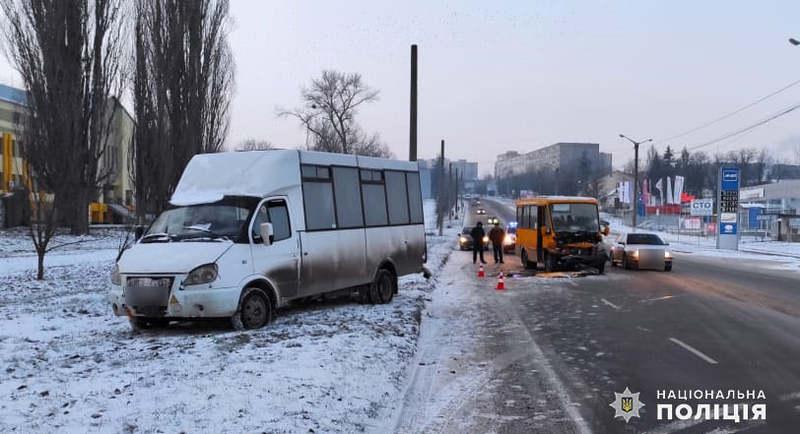 У Кам\'янці-Подільському поліція з\'ясовує обставини зіткнення двох мікроавтобусів, під час якого постраждав один з водіїв