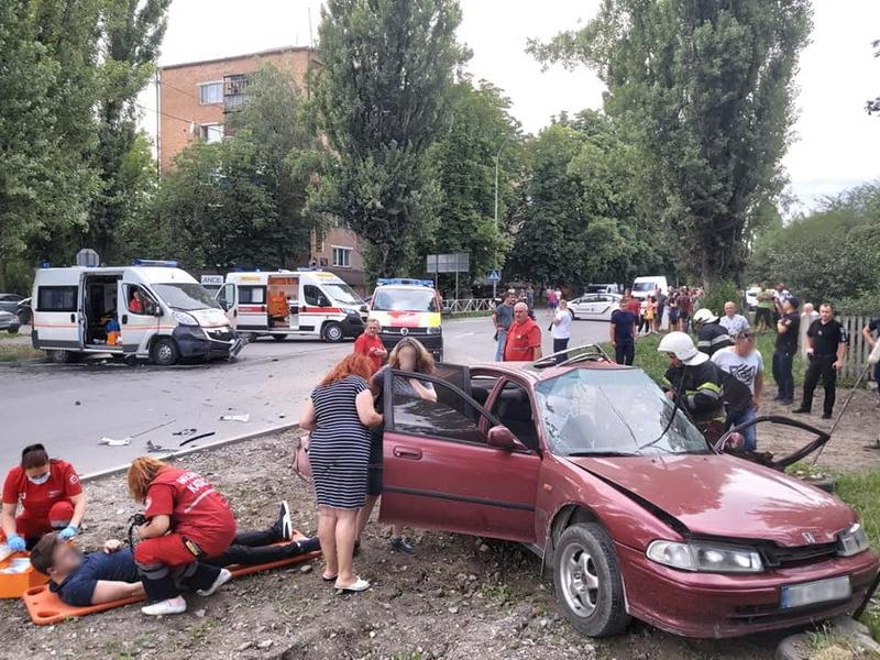 За інформацією поліції, під час аварії травмувалося дев'ятеро людей