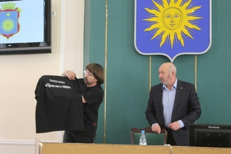 Автори проекту презентують футболки із назвою проекту