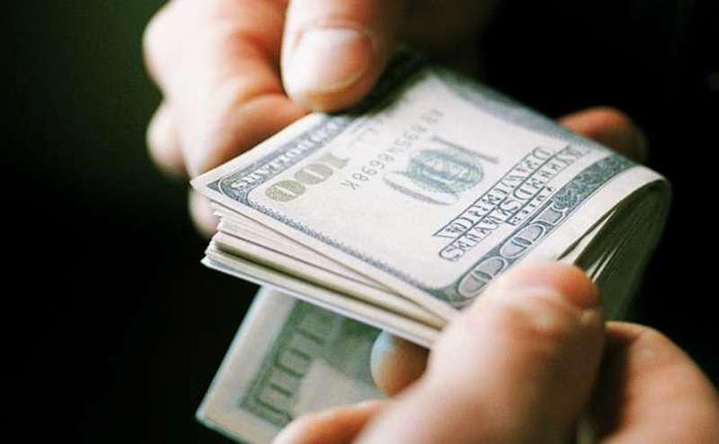 Секретар вимагав тисячу доларів