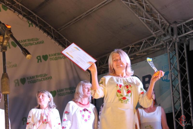 Переможець Лілія Тереферя щиро радіє кубку.