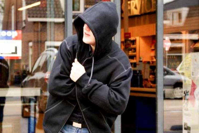 Злодій викрав із вітрини магазину побутові товари