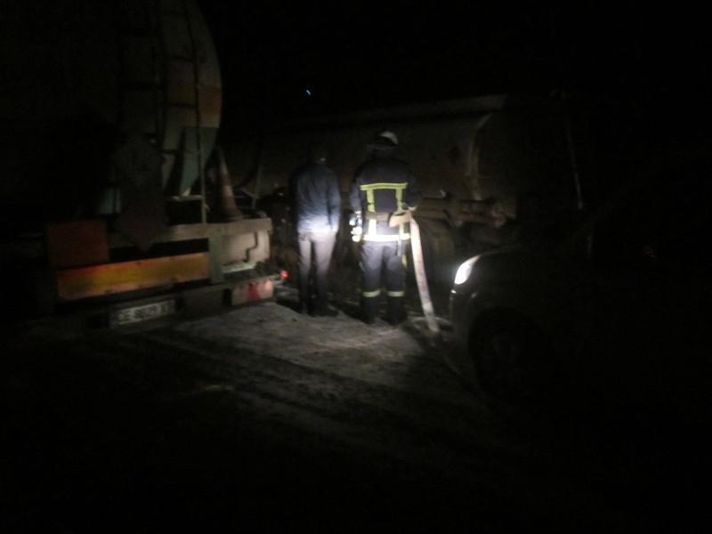 Рятувальники забезпечили пожежну безпеку під час перекачки горючої речовини з автомобіля з цистерною, який потрапив в ДТП