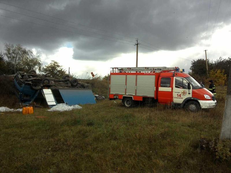 У Красилівському районі вантажівка злетіла з дороги та перекинулась