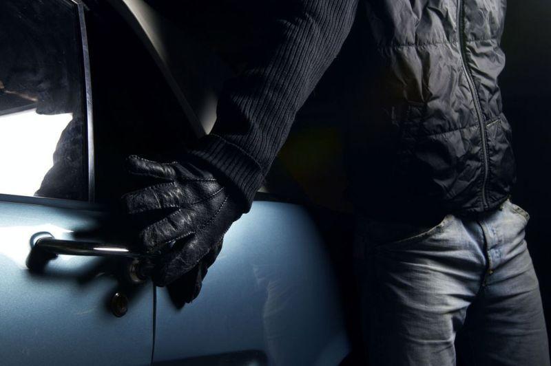 Злодії поцупили автомагнітолу і акумуляторні батареї