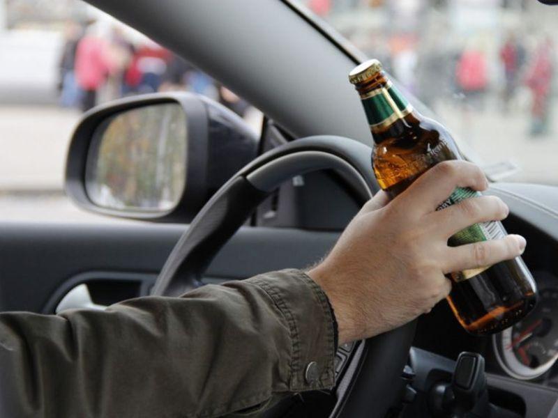 Попри намагання уникнути відповідальності суд таки призначив покарання водієві, що пив пиво перед поліцейськими