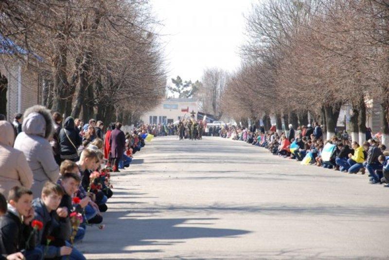 Прощалися з героєм Юрієм Савіцьким усім селищем.