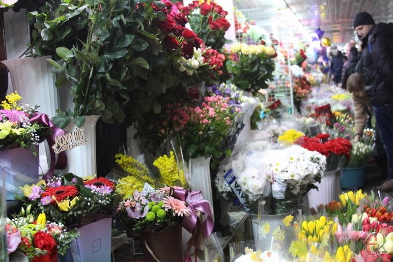 У Хмельницькому в центр міста з'жджаються містяни, щоб придбати квіти для жінок