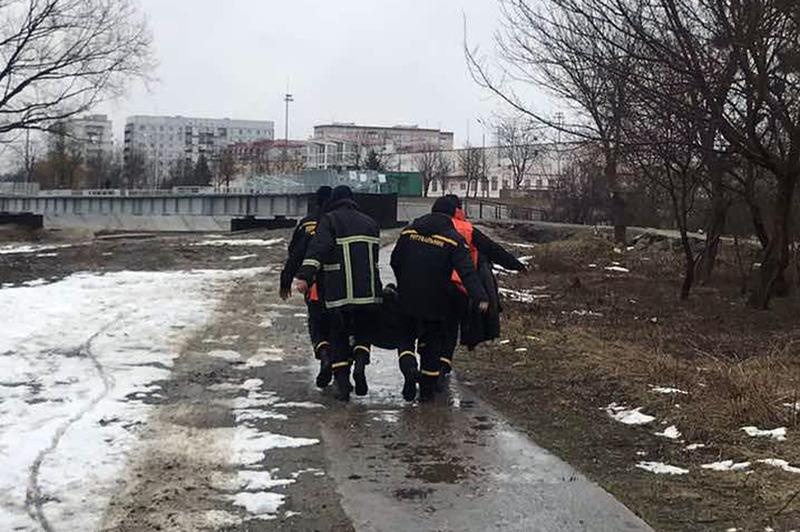 Рятувальники надали допомогу чоловікові, який впавши у воду не міг вибратися на берег