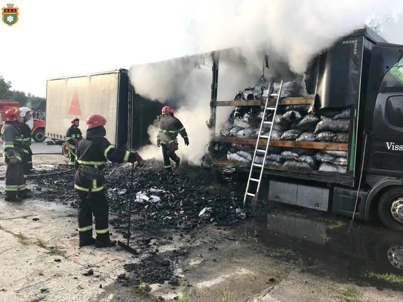 У Нетішині палала вантажівка з вугіллям