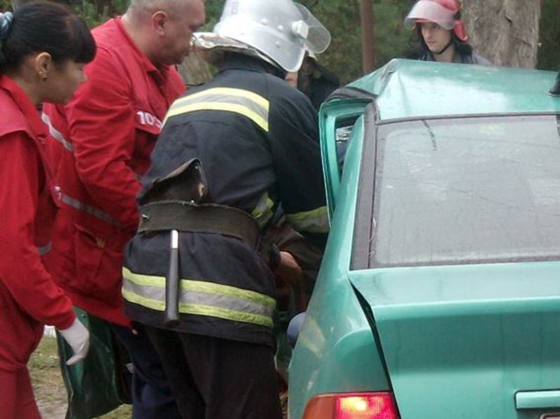 Після аварії в Нетішині, водій легковика не зміг сам вийти з авто - його затисло в салоні