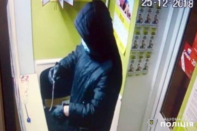 Злодій озброївшись муляжами вибухових пристроїв, скоїв розбійні напади на місцевий продуктовий магазин та ломбард