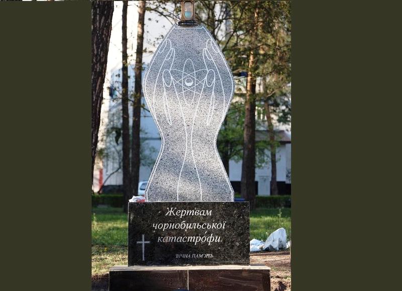 Пам'ятник розташований на перехресті вулиці Набережної та проспекту Незалежності