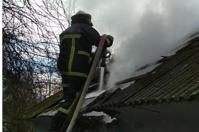 Під час ліквідації пожежі житлового будинку вогнеборці врятували літню жінку та виявили тіло загиблого чоловіка
