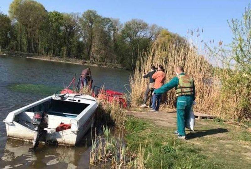 У Хмельницьке водосховище внесли 50 кілограмів пасти водорості хлорели.