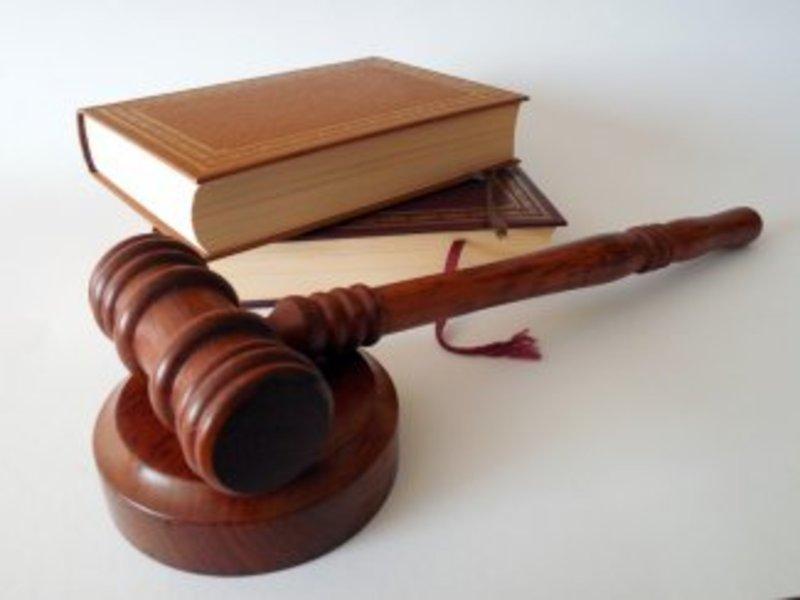 Суд у Полонному виніс вирок 24-річному чоловіку, який побив двох жінок