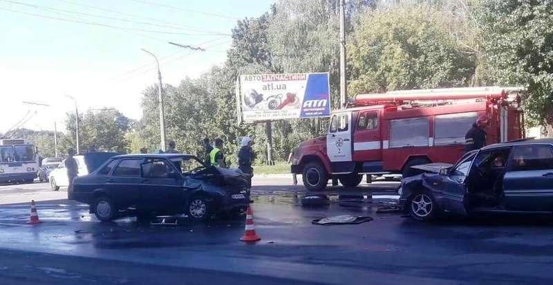 Два легковика зіткнулися по вулиці Чорновола